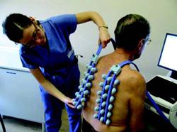 Фиг. 3. Регистриращата част (две матрици пиезоелектрични сензори) на апарата се прикрепва чрез вакуум към гърба на пациента