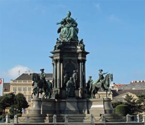 Статуята на Мария-Тереза, разположена на едноименния площад.